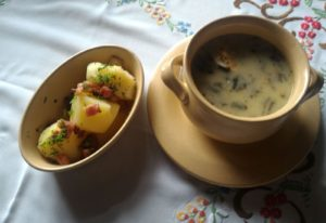 szczawiowa z jajem i młodymi ziemniakami
